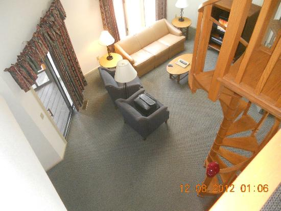 Wyndham Resort at Fairfield Mountains: Inside Balcony looking down on Den