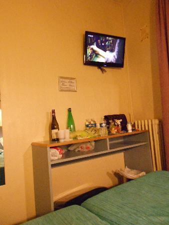 Hotel Amarys Simart: Il tavolo imbandito dalle nostre cose