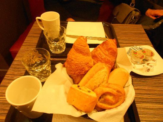Hotel Amarys Simart: Il vassoio molto carino con tazza e bicchiere