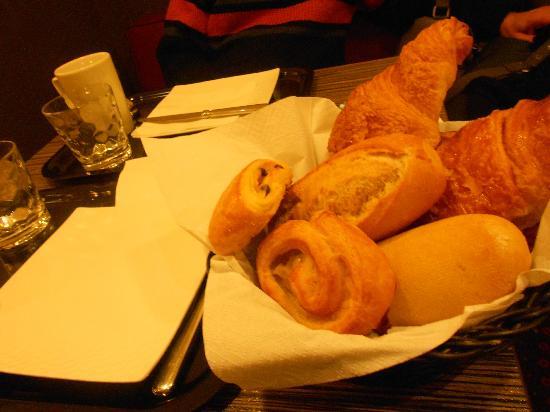 Hotel Amarys Simart: Il cestino con i croissant e baguette!
