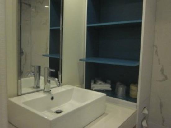 Bond Place Hotel: Bathroom vanity