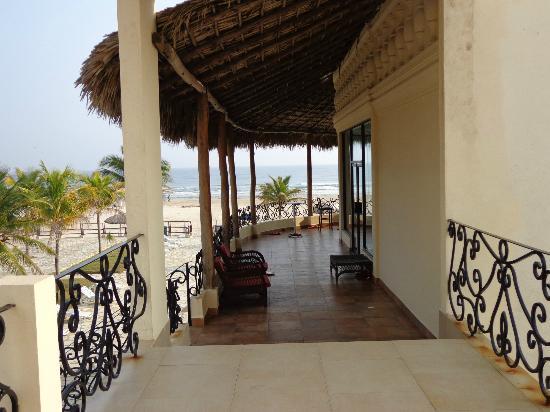 Arenas del Mar: View of second floor walk way to beach