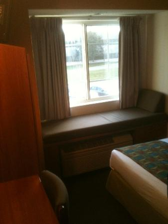 Microtel Inn & Suites by Wyndham Springfield: Microtel window seat