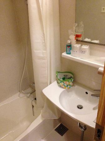 Kyomachiya Ryokan Sakura Honganji: The bathroom