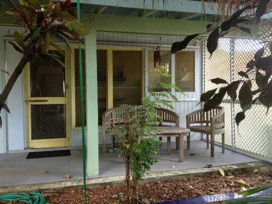 Palmetto Guesthouse: Back Porch seating area