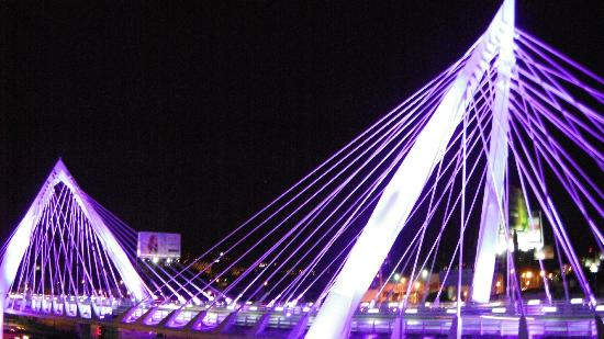 Hotel Riu Plaza Guadalajara: Adjacent bridge is lit