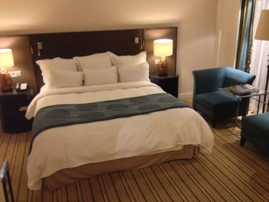 Renaissance Amsterdam Hotel: Large bed
