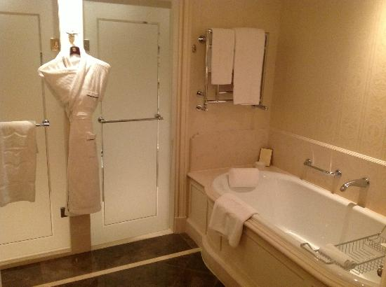 Shangri-La Hotel Paris: Suite 43 bathroom