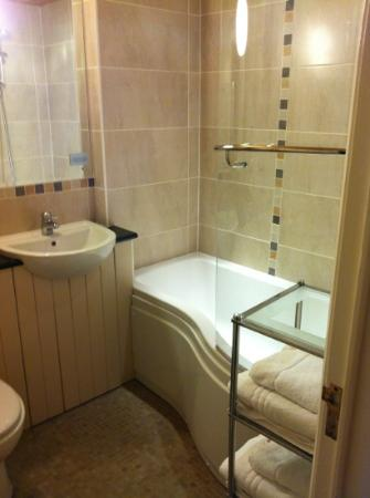 The Bird In Hand Country Inn: brand new spotless bathroom with overhead shower