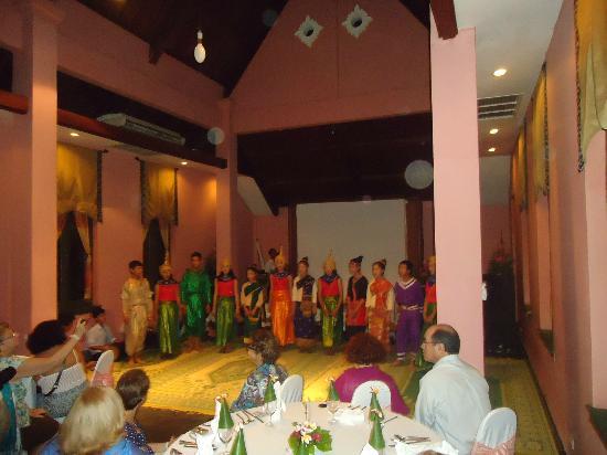 The Grand Luang Prabang Hotel & Resort: Danzas laosianas en el comedor