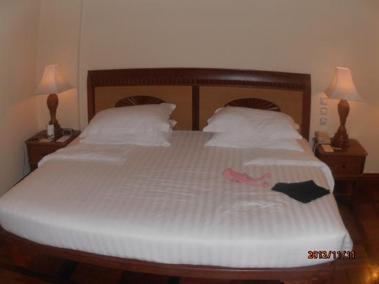 Sokha Angkor Resort: Huge king-size bed