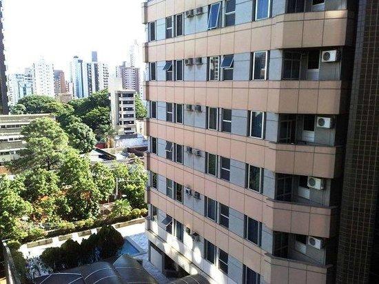 Max Savassi Apart Service: Fachada lateral do hotel com vista da piscina