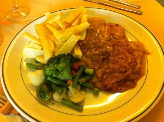 Restaurante Jardin de Los Naranjos: Medallones de cerdo con cebolla.