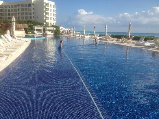 Numerous levels on the main pool picture of live aqua beach resort cancun cancun tripadvisor for How many rooms at live aqua cancun