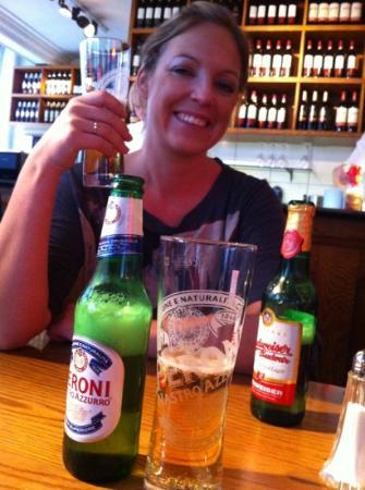 Soho Pizzeria: fornøyd jente med god lunsj øl!