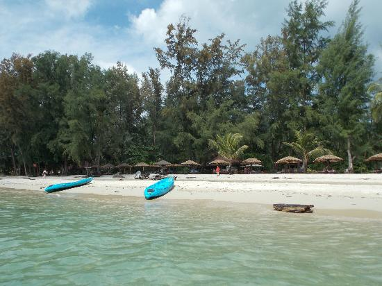 Aana Resort & Spa: Private beach and the kayaks
