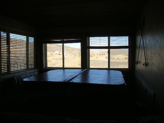 The Mountainside at Silver Creek: Hot tub room - view overlooking valley & Mtns (tub cover on)