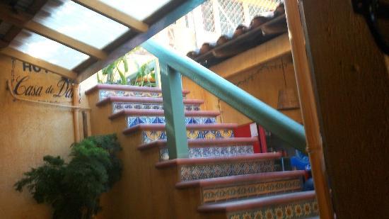 Dan's Cafe Deluxe : escaleras hacia el hotel