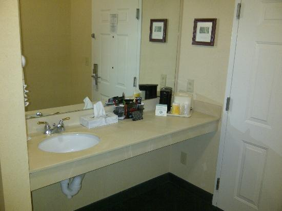 Baymont by Wyndham Lakeland: sink area, room 123