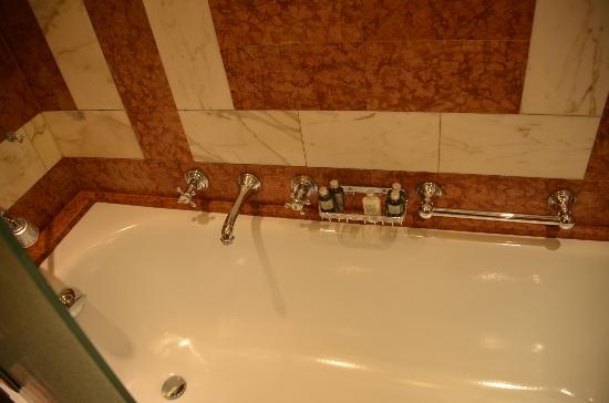Hotel Bristol Vienna: Bath tub
