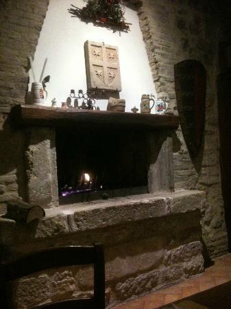 Otello Assisi Ristorante : Il focolare che serve spesso