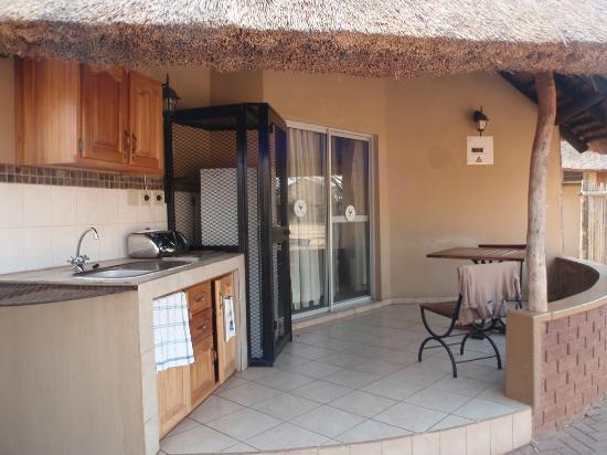 Satara Rest Camp: Esterno bungalow e cucina+frigo