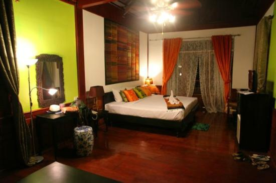 Chanthavinh Resort and Spa: One view of half the room