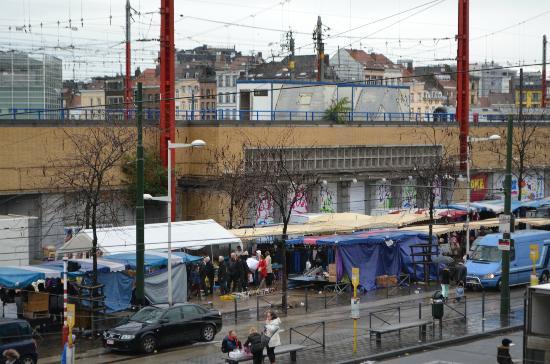 ไอบิสบรัสเซลส์เซ็นเตอร์ การ์มิดิ: Sunday market across the street from Ibis hotel