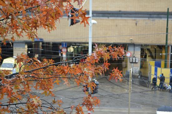 ไอบิสบรัสเซลส์เซ็นเตอร์ การ์มิดิ: entrance to Midi Station across the street