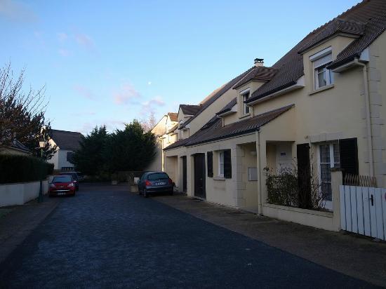 Du Côté de Rueil : 玄関前の様子。右手がこの宿泊施設。