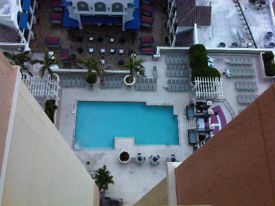 Marriott's BeachPlace Towers: Swiming pool seen from room 1708