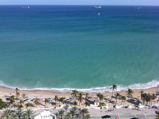 Marriott's BeachPlace Towers: Beach and sea seen from room 1708