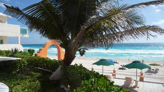 Mia Cancun: view from steps going down to the bar/pool.