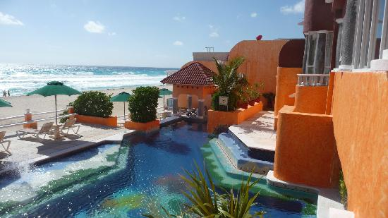 Mia Cancun: Pool, fountains, bar, and beach
