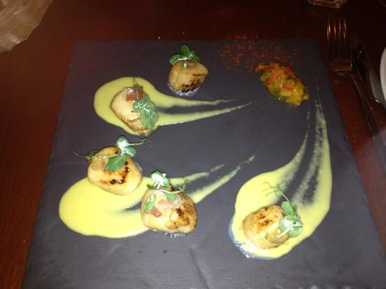 Green Olive Restaurant: yummy scallops!