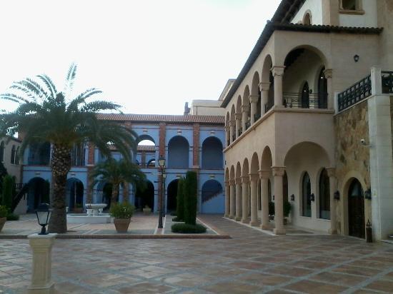 Melia Villaitana: Una de sus plazas con edificios de habitaciones