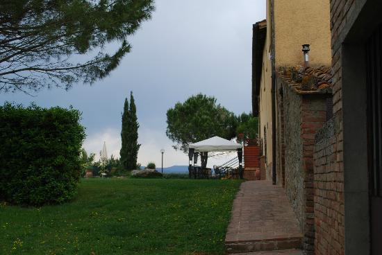 Le Valline: l'ingresso alla sala colazioni e gazebo per colazioni all'esterno