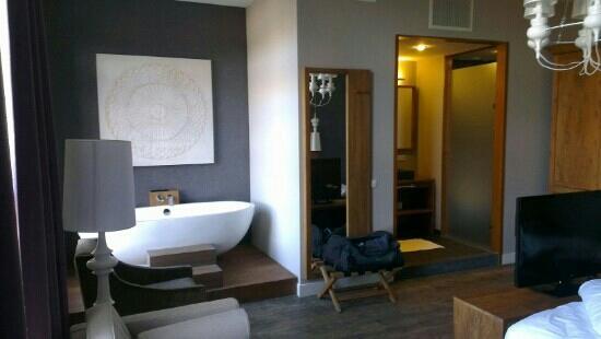Hotel Merici : junior suite: open bathroom