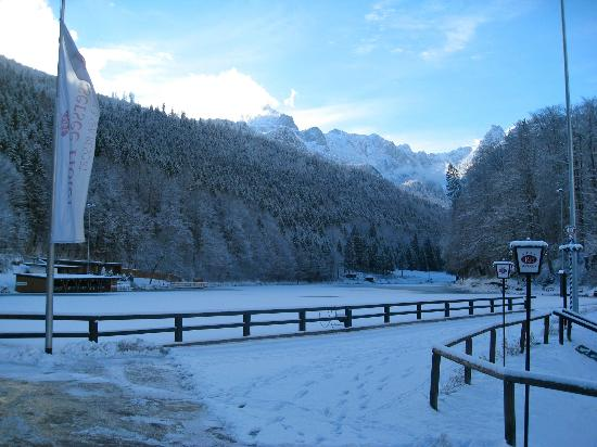 Reindl's Partenkirchner Hof: The area is very scenic. Here is a view of the Zugspitzer from Reiserrsee See!