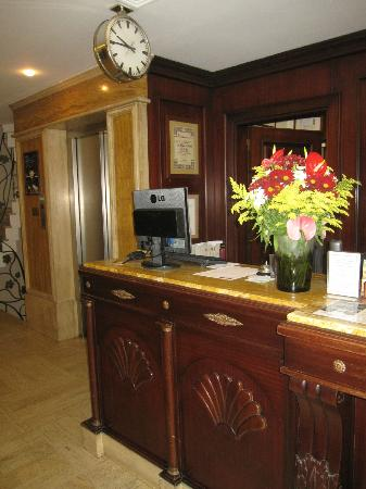 Orient Express Hotel: Reception with authentic clock