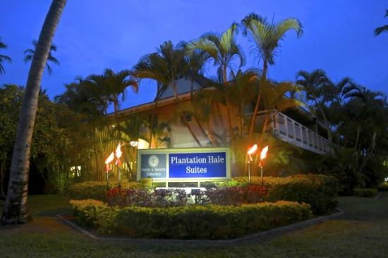 Plantation Hale Suites: Hotel Night Entrance