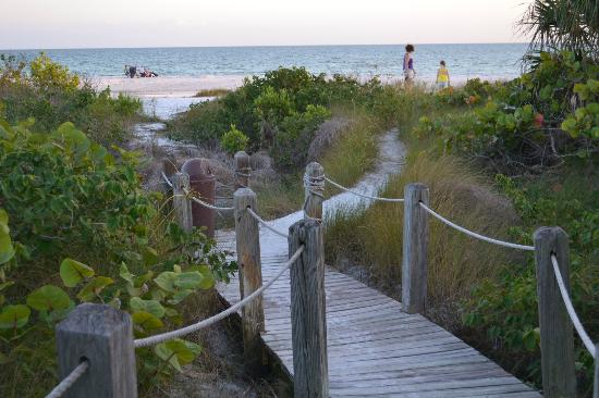 Tortuga Beach Club Resort: Walkway over to beach access