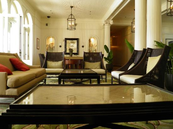 Moana Surfrider, A Westin Resort & Spa: very comfortable sitting areas, rocking chairs are outside to the left