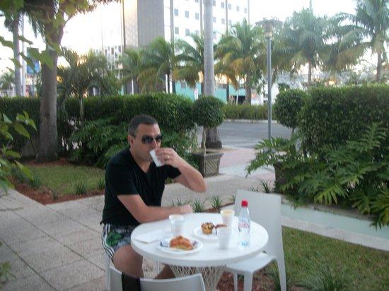 Greenview Hotel: Café Da Manhã Nas Mesinhas Em Frente Ao Hotel