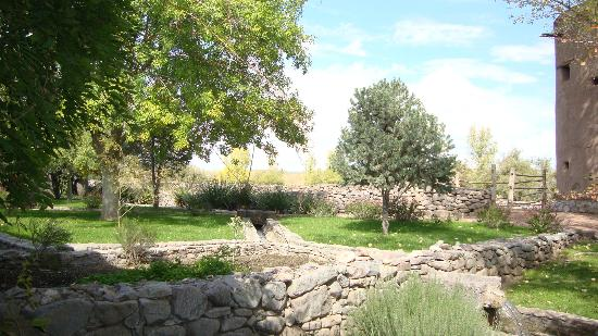 Cibolo Creek Ranch: The historic fort around the adobe rooms