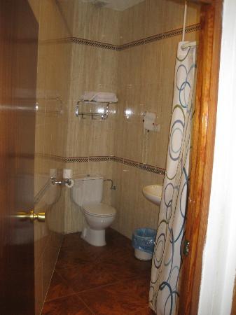 Hostal Marlasca: il bagno della nostra stanza