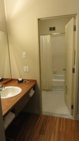 Hôtel Chicoutimi : Salle de bain moderne