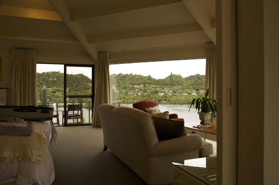Solitaire Lodge : Tarawera Suite Bedroom and Lounge