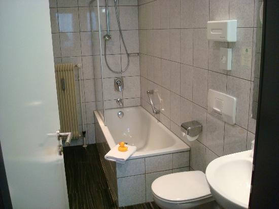Best Western Hotel Wurzburg-Sud: Bathroom, complete wtih rubber ducky