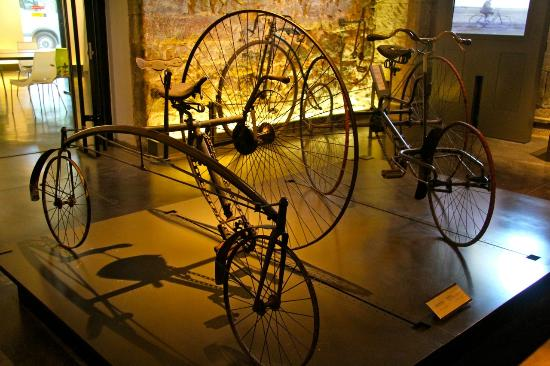 Musee d'Art et d'Industrie : 1884 Coventry Rotary tricycle from the UK.